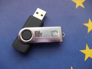 Jako upomínkový a praktický předmět obdrželi účastníci konference Flash disk s logem projektu.